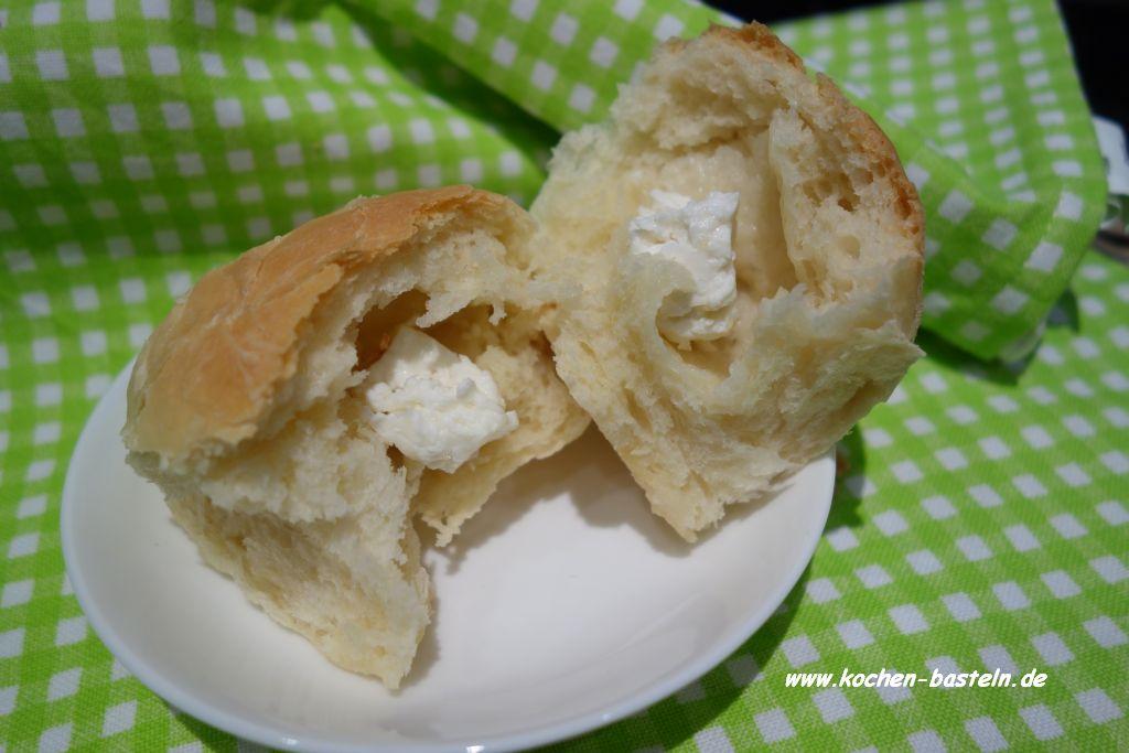 weiche Brötchen - dinner rolls - gefüllt mit Schafskäse